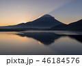 本栖湖とサンライズの富士山 46184576