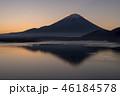 本栖湖とサンライズの富士山 46184578