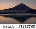 本栖湖とサンライズの富士山 46186765