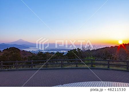 日本平から眺める富士山と日の出、静岡県静岡市にて 46211530