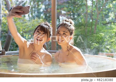 若い女性、女子旅、温泉、露天風呂、スマホ 46218380