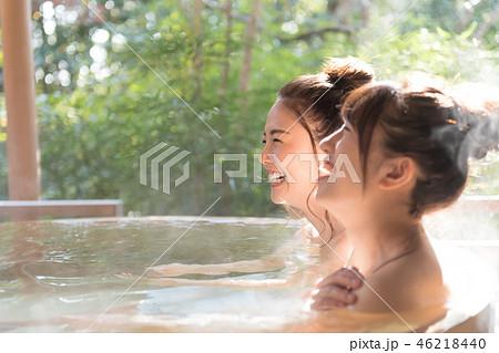 若い女性、女子旅、温泉、露天風呂、旅行 46218440