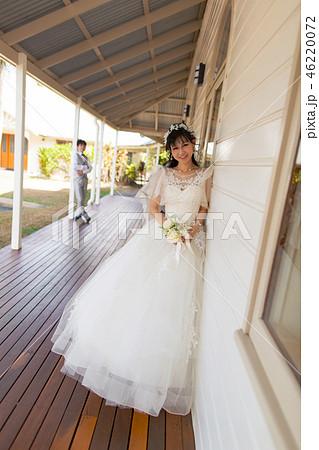 壁際の花嫁さん(視線有り)引き 46220072