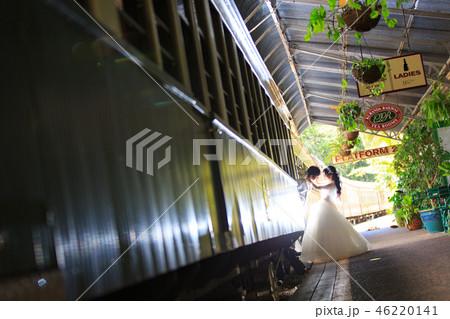 キュランダ駅構内の列車でロケ撮を楽しむウェディングカップル 46220141