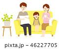ソファ くつろぐ 家族のイラスト 46227705
