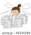 灰色のスーツのポップなビジネスウーマン 書類の山 46230289