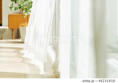 風に揺れるカーテン 46231816