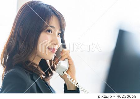 ビジネスウーマン、オフィス、電話 46250658