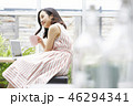女性 リラックス カフェの写真 46294341