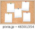 コルクボードにピン留めされたポラロイド写真 46301354