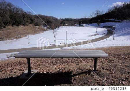 一面に広がる白い雪、足跡、公園のベンチ、椅子、太陽が眩しく輝く中、群馬県高崎観音山公園の冬の雪景色 46315253