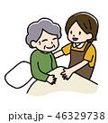 高齢女性と介護士 46329738
