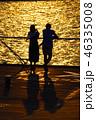 夫婦 カップル 夕日の写真 46335008