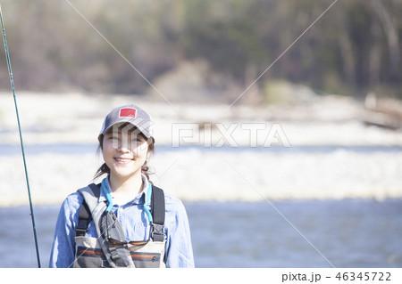 釣りをする女性 46345722