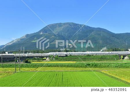東海道本線車両から見える伊吹山と東海道新幹線 46352091