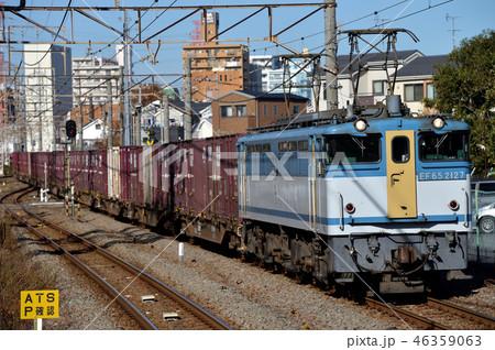 東海道貨物支線を走るEF652127コンテナ貨物列車 46359063