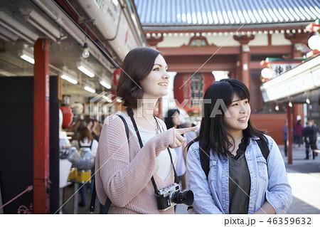 外国人と東京観光 浅草寺 仲見世を歩く 46359632