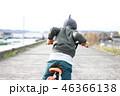 自転車の練習をする男の子 46366138