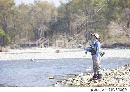 釣りをする女性 46386000