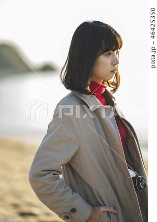 夕方の海の女性 46425350