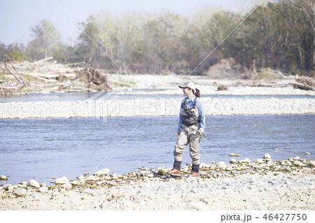 釣りをする女性 46427750