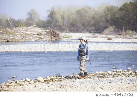 釣りをする女性 46427752