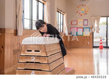 跳び箱をする女の子 46430329