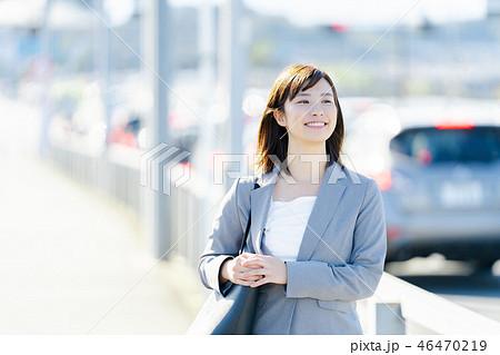 オフィス街 歩くスーツの女性 OL ビジネス スーツ ポートレート リクルート 46470219