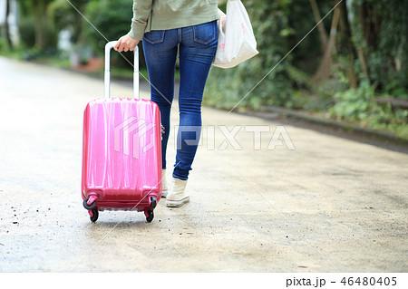 旅行する女性 46480405