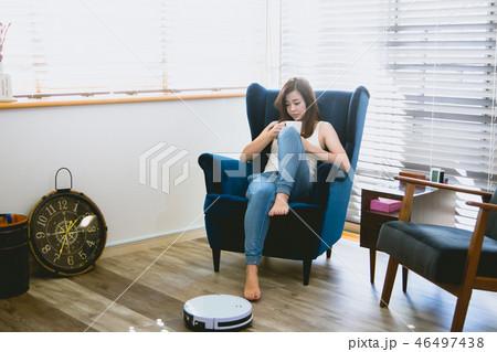 お掃除ロボット 女性(ライフスタイル ) 46497438
