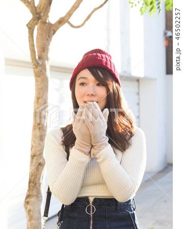 手袋をした女性 46502257