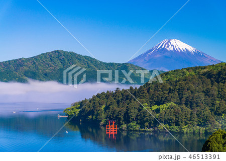 (神奈川県)芦ノ湖・湖上の霧と冠雪した富士山 46513391