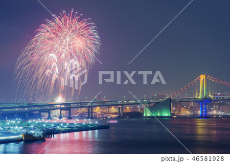 虹色のレインボーブリッジと花火 46581928