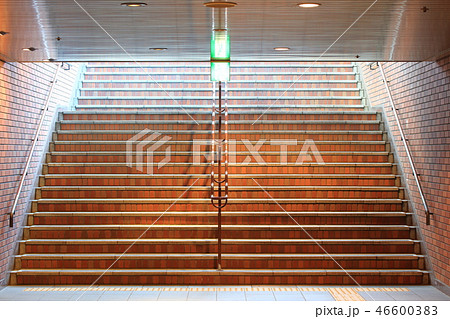 地下鉄、地下街への出入り口_福岡市天神地下街:地下鉄(階段) 46600383