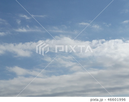 稲毛海岸の青空と白い雲 46601996