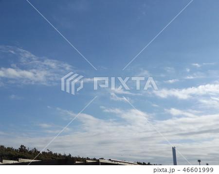 稲毛海岸の青空と白い雲 46601999