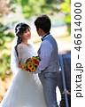 トロピカルな線路上で愛を語らうカップルの寄り写真 46614000