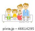 ソファー 家族 リビングのイラスト 46614295