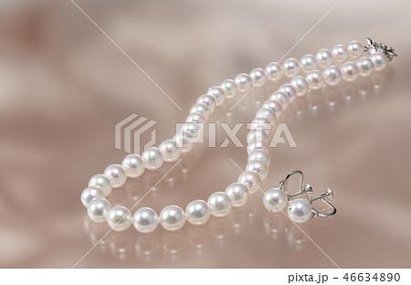 真珠のネックレスとイヤリング 46634890