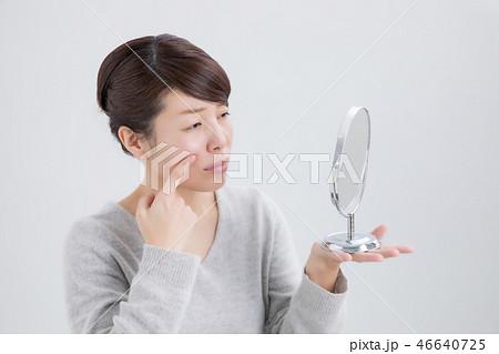 ほうせい線を触る女性(困る) 46640725