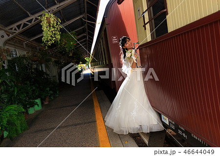 キュランダ駅構内で観光列車に乗り込もうとする花嫁さんの横写真 46644049