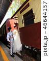 キュランダ駅構内で観光列車と一緒の縦写真 46644157