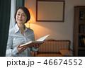 女性 本棚 書棚の写真 46674552