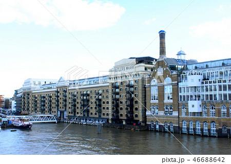 テムズ川に沿って立つ味のある建物 46688642
