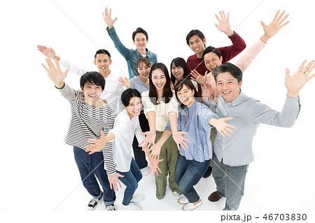 カジュアル 男女 複数 20~40代 斜俯瞰 手を広げる 歓迎 ハイテンション 46703830