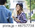 公園でコーヒーを飲むカップル 46757738