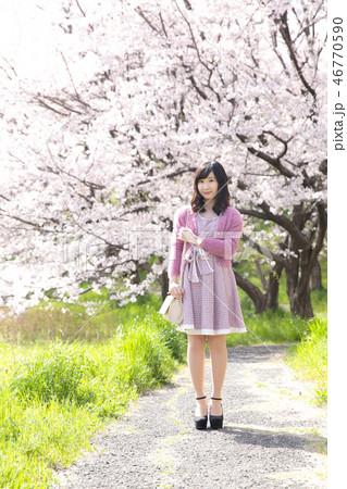 若い女性と桜 46770590