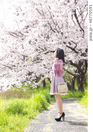 若い女性と桜 46770591