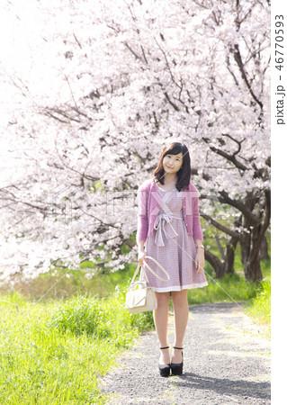若い女性と桜 46770593