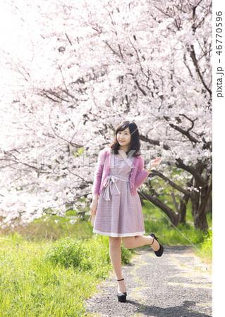 若い女性と桜 46770596